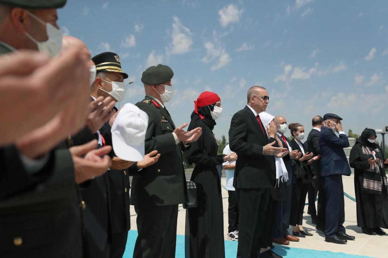 أردوغان وكبار المسؤولين يقرؤون الفاتحة على أرواح من سقطوا خلال المحاولة الانقلابية الفاشلة (الأناضول)