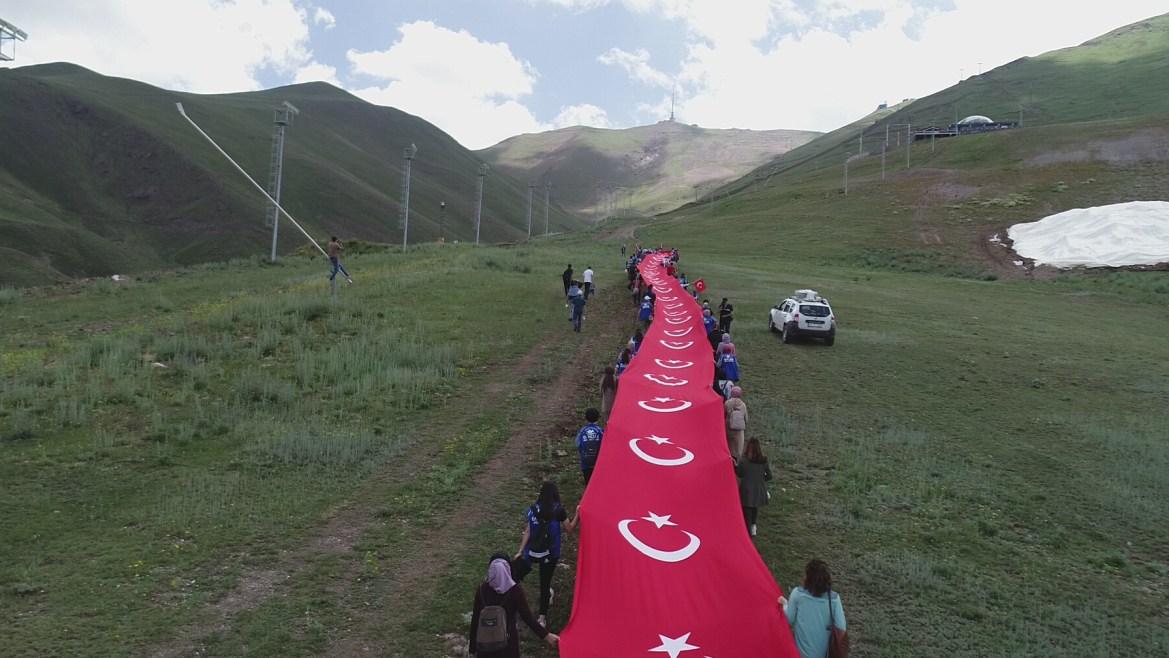 أتراك يحملون علم بلادهم في ذكرى المحاولة الانقلابية الفاشلة (الأناضول)