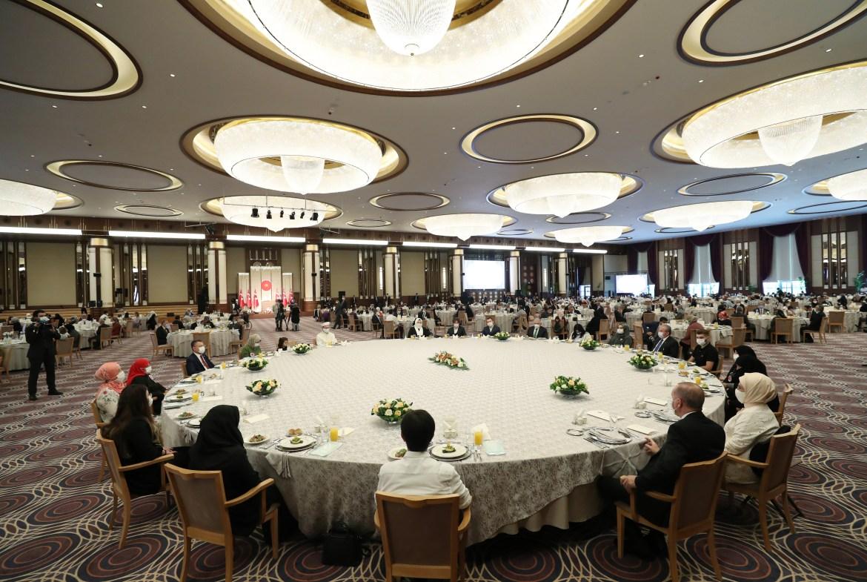 الرئيس رجب طيب أردوغان وكبار رجال الدولة خلال المشاركة في مأدبة احتفالية بحضور أسر الضحايا في القصر الرئاسي بأنقرة (الأناضول)