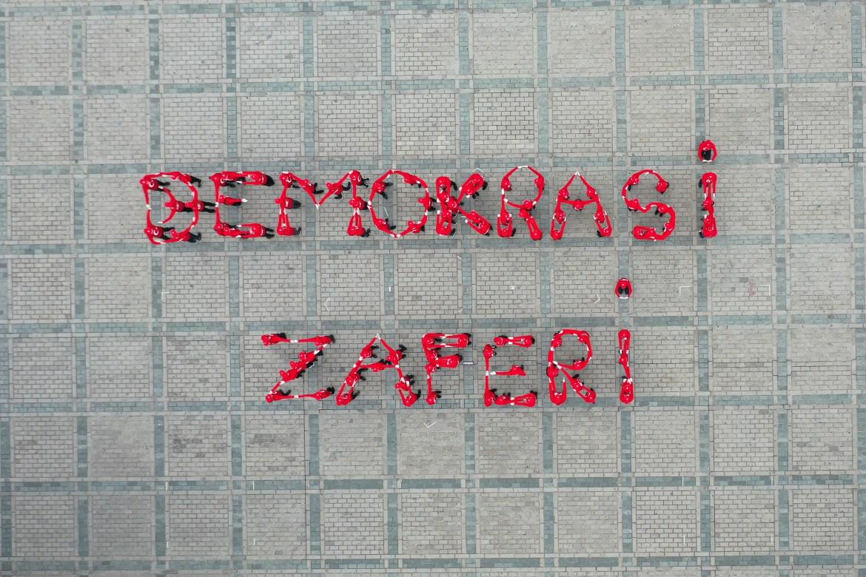 """صورة بطائرة مسيرة لمحتفلين أتراك يشكلون بأجسادهم عبارة """" ظفر الديمقراطية"""" باللغة التكية وتعني النصر للديمقراطية (الأناضول)"""
