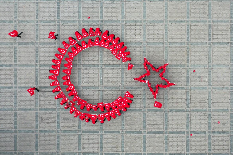 صورة بطائرة مسيرة للعلم التركي كما رسمه مشاركون في الاحتفالات بأجسادهم (الأناضول)