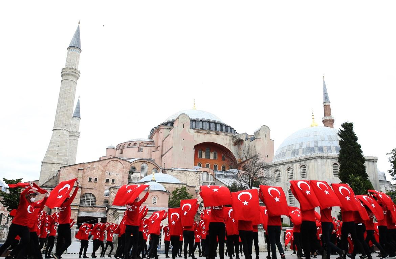 احتفالات ورقصات فلكلورية بالمناسبة في ساحة آيا صوفيا بإسطنبول (الأناضول)