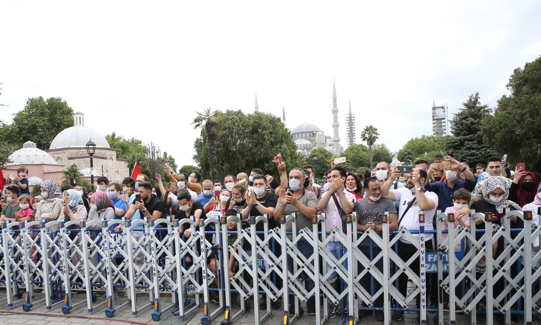 """""""فوبيا كورونا"""" لم تمنع الأتراك من إحياء المناسبة التي يطلق عليها يوم الديمقراطية والوحدة الوطنية (الأناضول)"""