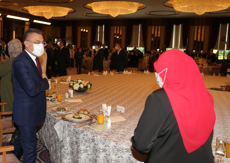 فؤاد أقطاي نائب الرئيس التركي أثناء استقباله أرملة أحد الضحايا في المجمع الرئاسي بأنقرة (الأناضول)