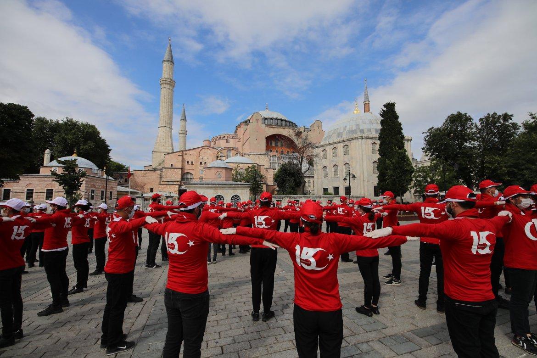 """الرقصات تضمنت تشكيل عبارات """"شعب واحد.. علم واحد.. وطن واحد"""" (الأناضول)"""