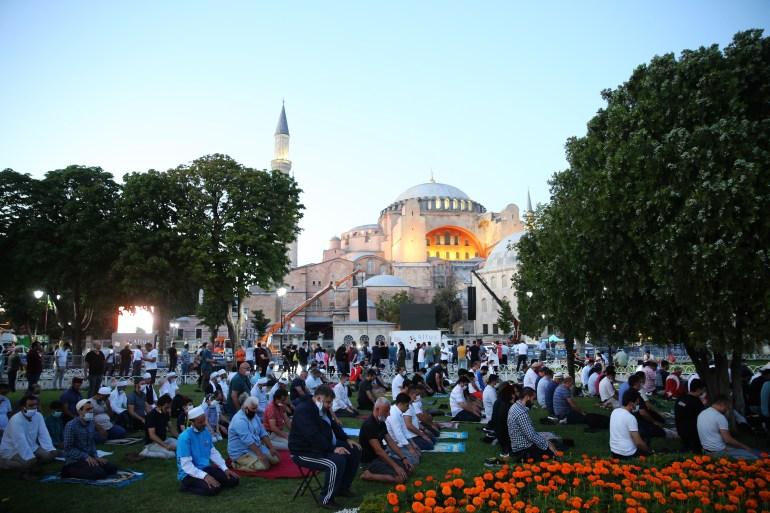 بعد أسبوعين من تحويله لمسجد اليوم أول صلاة جمعة في آيا صوفيا منذ 86 عاما