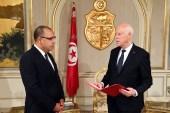 قيس سعيد (يمين) عند تكليفه هشام المشيشي بتشكيل الحكومة العام الماضي (مواقع التواصل)