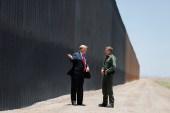 الرئيس ترامب يتفقد الجدار على الحدود المكسيكية في وقت سابق (رويترز)