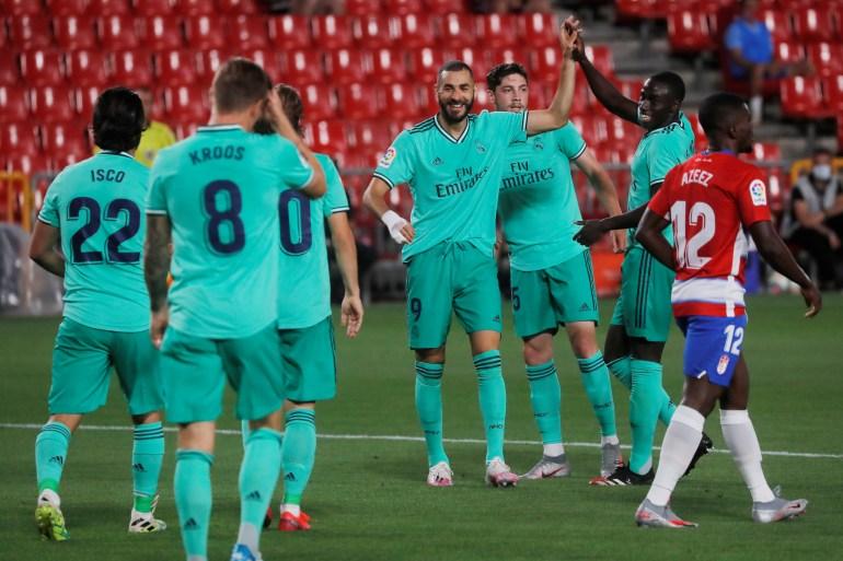 الثنائي الفرنسي مندي وبنزيمة سجلا هدفي الفوز لريال مدريد (رويترز)