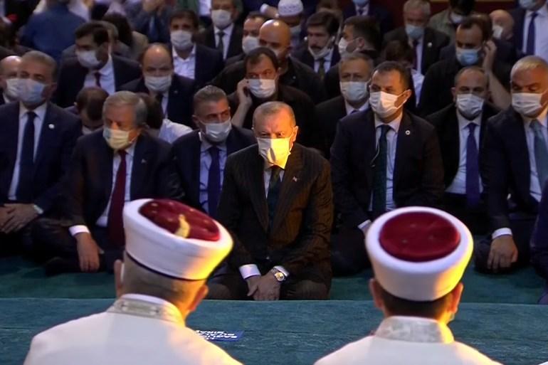 أردوغان يحضر أول صلاة جمعة منذ عقود في مسجد آيا صوفيا (الأناضول)