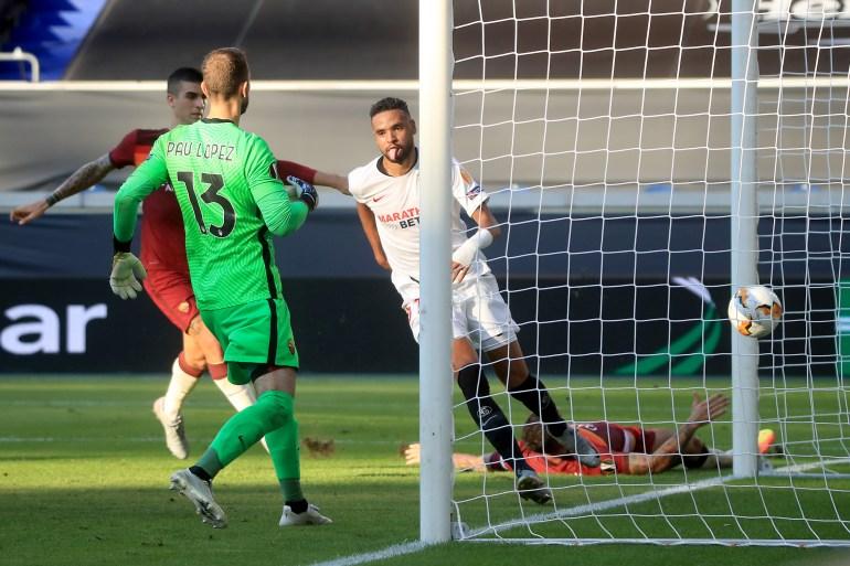 نصيري بالقميص الأبيض يحتفل بتسجيله الهدف الثاني لإشبيلية وسط لاعبي روما (غيتي)