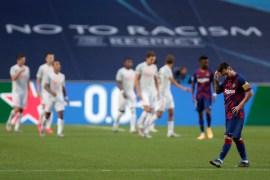 ميسي يغادر الملعب حزينا بعد هزيمة برشلونة التاريخية 2-8 أمام بايرن ميونخ (غيتي)