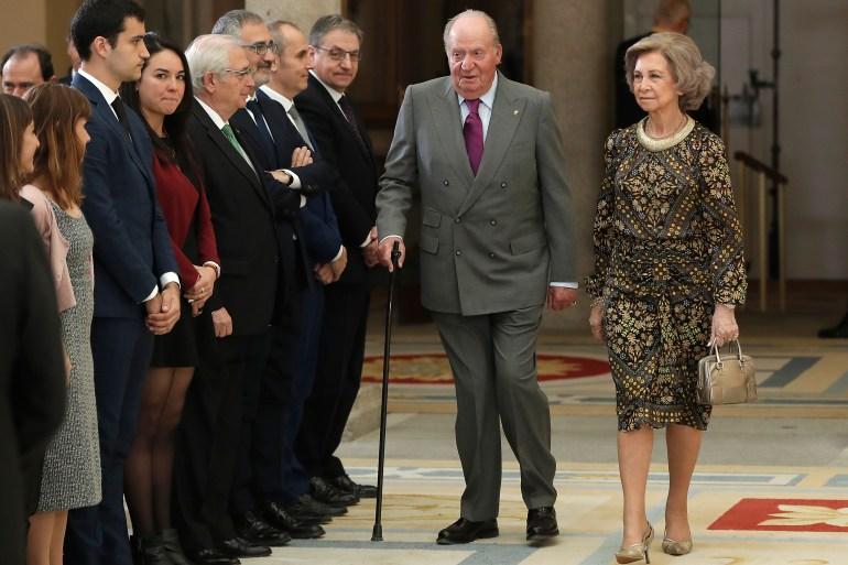 سيبقى تحت تصرف الادعاء العام.. ملك إسبانيا السابق يغادر إلى المنفى