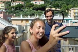 لعب فيدرر مع الفتاتين على سطحي المنزلين قبل دعوتهما لتناول الغداء (مواقع التواصل)