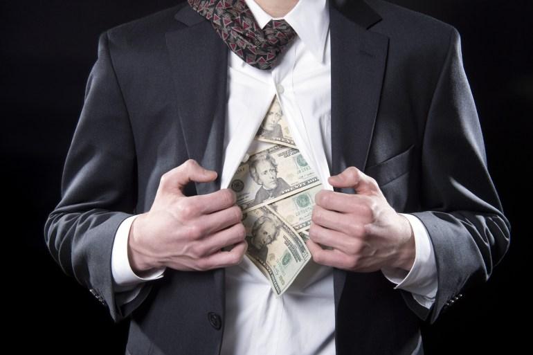 بناء الثروة يعتمد في مراحله الأولى على الادخار والاستثمار وسداد الديون (شترستوك)
