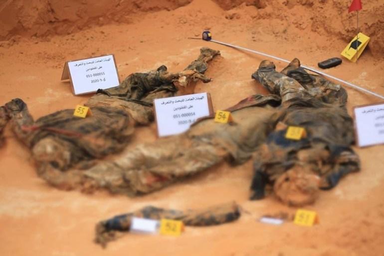 السلطات الليبية اكتشفت مؤخرا العديد من القبور الجماعية ويتهم موالون لحفتر بتصفية أصحابها (مواقع التواصل)
