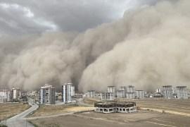 اللقطات المرعبة أظهرت لحظة ضرب العاصفة الرملية للعاصمة أمس السبت (مواقع التواصل)