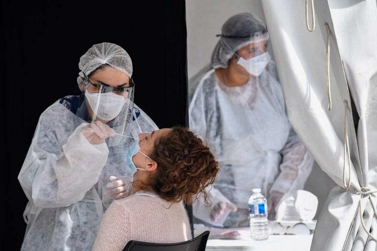 كورونا اليوم.. متطوع يصاب بعد تطعيمه بلقاح والفيروس قد يعطل أول زيارة لوفد إماراتي لإسرائيل