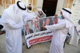 فلسطينيون يتظاهرون في دير البلح بقطاع غزة ضد تطبيع الإمارات والبحرين مع إسرائيل (الأناضول)