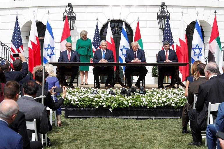 لحظة توقيع الاتفاق بين إسرائيل والإمارات والبحرين في البيت الأبيض (رويترز)