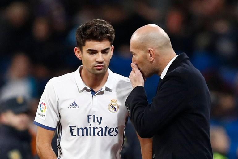 زيدان يوجه نجله إنزو (يسار) عندما كان يلعب تحت قيادته في ريال مدريد (مواقع التواصل)
