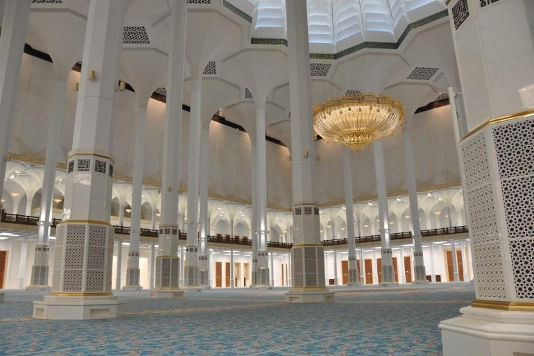تعتمد قاعة الصلاة على الإضاءة التي تجمعها القبة من الخارج (الجزيرة)