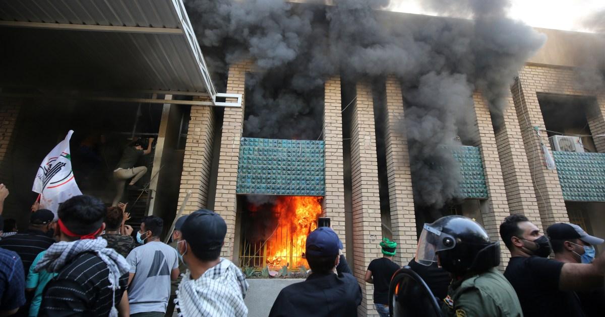 شاهد.. عشرات المحتجين يحرقون مقر الديمقراطي الكردستاني في بغداد نصرة للحشد الشعبي