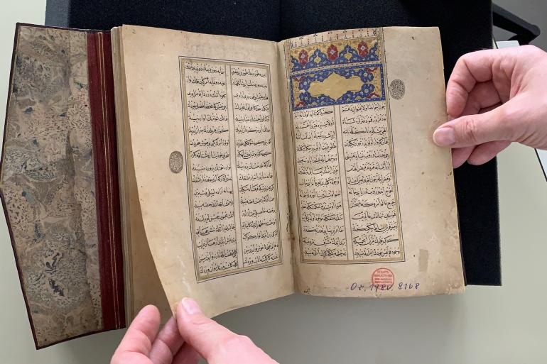 """اكتشفت أكاديمية تركية مؤخرا وجود مثنوي """"ليلى والمجنون"""" في برلين وهي مخطوطة مكتوبة عام (1436-1520) بيد التركي حمد الله حمدي (الأناضول)"""