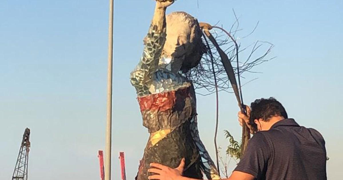 """""""عروس الثورة"""".. نصب يخلّد مظاهرات """"17 تشرين"""" من مخلفات انفجار مرفأ بيروت"""
