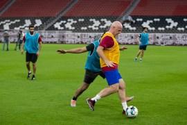 إنفانتينو يمرر الكرة خلال المباراة التي خاضها مع منظمي مونديال قطر بملعب البيت بالخور (اللجنة العليا للمشاريع والإرث)