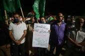 احتجاج أمس في قطاع غزة للتنديد بتطاول الرئيس الفرنسي على نبي الإسلام عليه الصلاة والسلام (الأناضول)