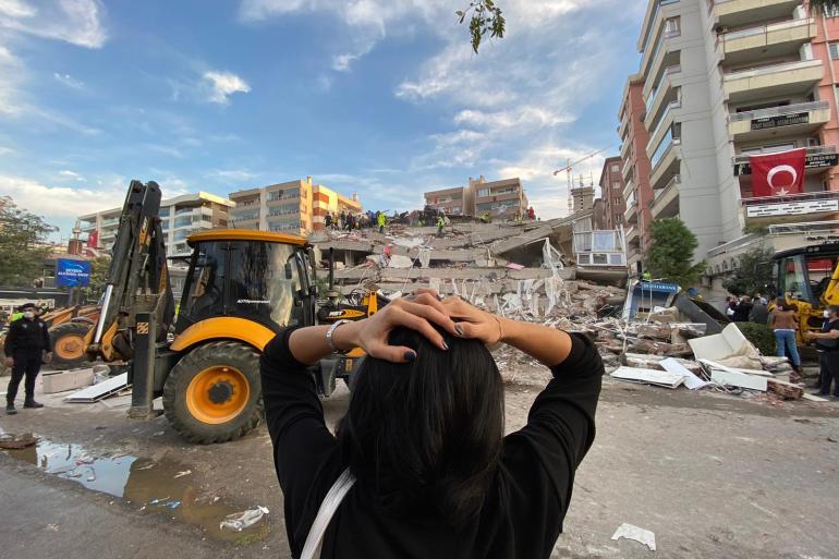 الزلزال تسبب في تهدم عدد من المباني السكنية بالكامل في إزمير (الأناضول)
