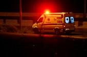سيارة إسعاف على الطريق الرئيسي بين مدينة الزرقاء والعاصمة عمّان (رويترز-أرشيف)
