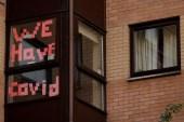 لافتة تشير إلى إصابات بكورونا في سكن طلاب بمدينة مانشستر شمالي إنجلترا (رويترز)
