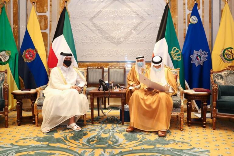 وزير الخارجية القطري (يسار) سلّم أمير الكويت رسالة خطية من أمير دولة قطر (قنا)