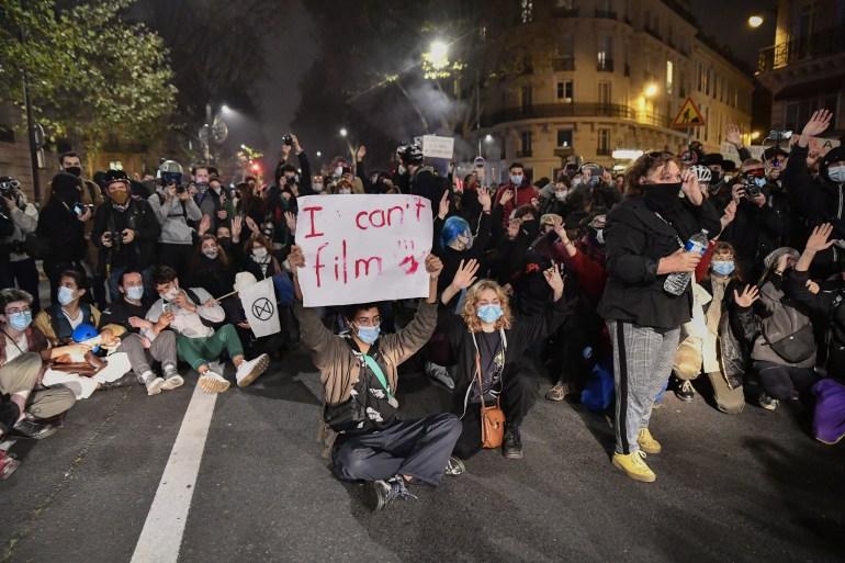 """احتجاجات ضد مشروع قانون """"الأمن الشامل"""" قرب مجلس البرلمان في باريس (وكالة الأناضول)"""