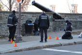 المحققون الكنديون يعاينون أحد الأماكن التي وقعت فيها حادثة الطعن بمدينة كيبيك (قناة سي بي سي)