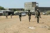 جنود في القوات الخاصة لإقليم أمهرة يعودون إلى معسكرهم في بلدة دانشا عقب مشاركتهم في المعارك ضد جبهة تيغراي (رويترز)