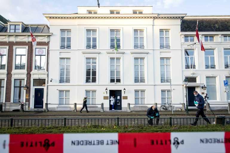 عناصر الشرطة يباشرون التحقيق أمام السفارة السعودية في لاهاي (الأوروبية)