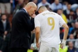 زيدان (يسار) يوجه نجم ريال مدريد ومنتخب فرنسا كريم بنزيمة خلال مباراة بالدوري الإسباني (رويترز)