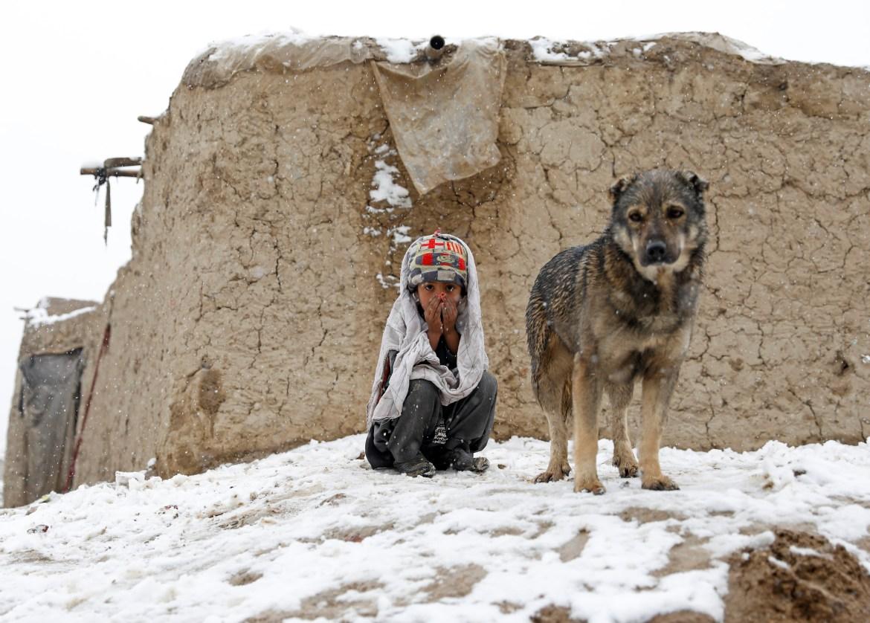 ثلوج الشتاء تفاقم معاناة أطفال النازحين (رويترز)
