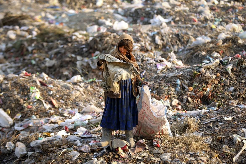 طفلة نازخة تفتش في أكوام النفايات (الأوروبية)