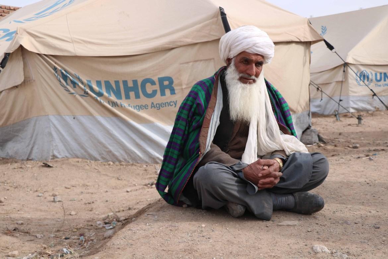 عجوز نازح يجلس خارج خيمته في هيرات (الأوروبية)