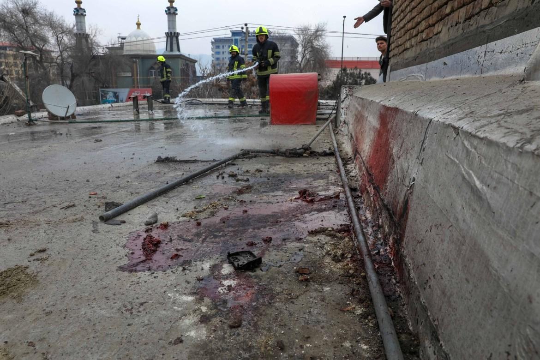 رجال الإطفاء يغسلون شارعا في كابل من دماء الضحايا التي خلفها أحد التفجيرات (الأوروبية)