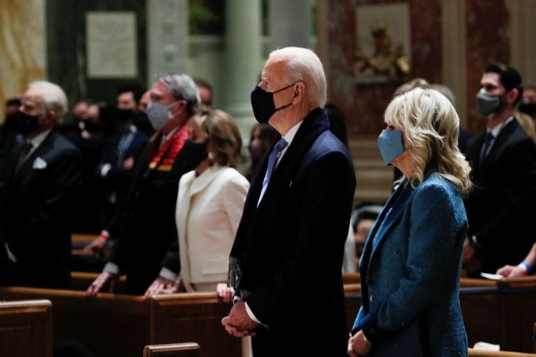 بايدن خلال القداس في كنيسة بواشنطن (رويترز)
