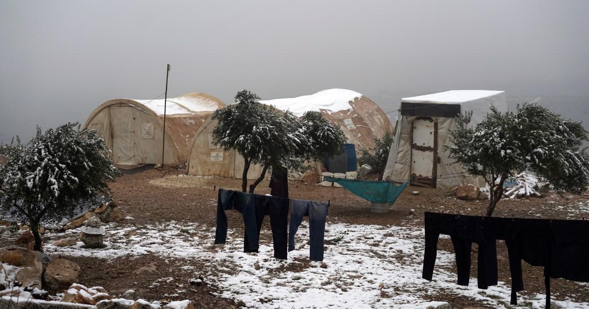 في ظروف مناخية قاسية.. مئات العائلات النازحة تفترش العراء بشمال غرب سوريا