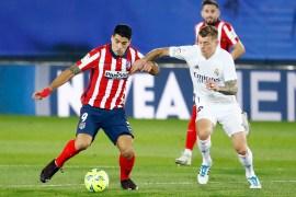 توني كروس لاعب ريال مدريد يحاول قطع الكرة من أمام سواريز (رويترز)