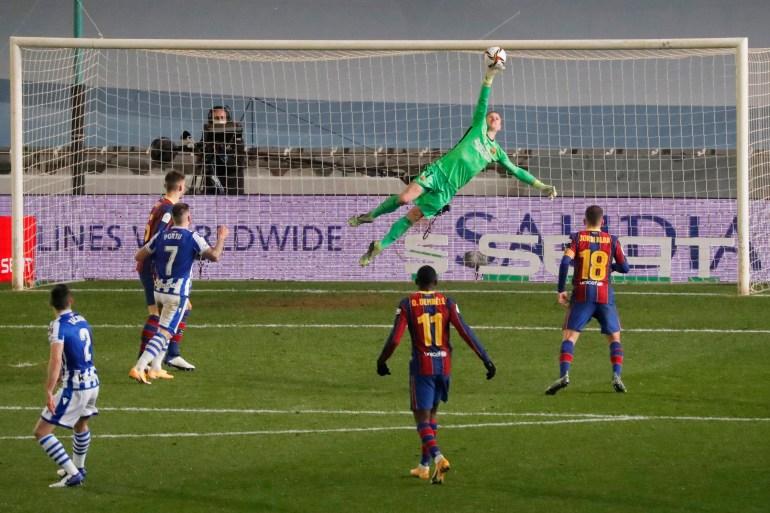 تير شتيغن أنقذ برشلونة من أهداف محققة وتصدى لركلتين من الركلات الترجيحية (رويترز)