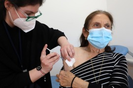 epa08970734 Demetra Christodoulou, 82 years old receives an injection with a dose of COVID-19 vaccine, at the Health Center of Latsia, in Nicosia, Cyprus, 28 January 2021. EPA-EFE/KATIA CHRISTODOULOU (وكالة الأنباء الأوروبية)