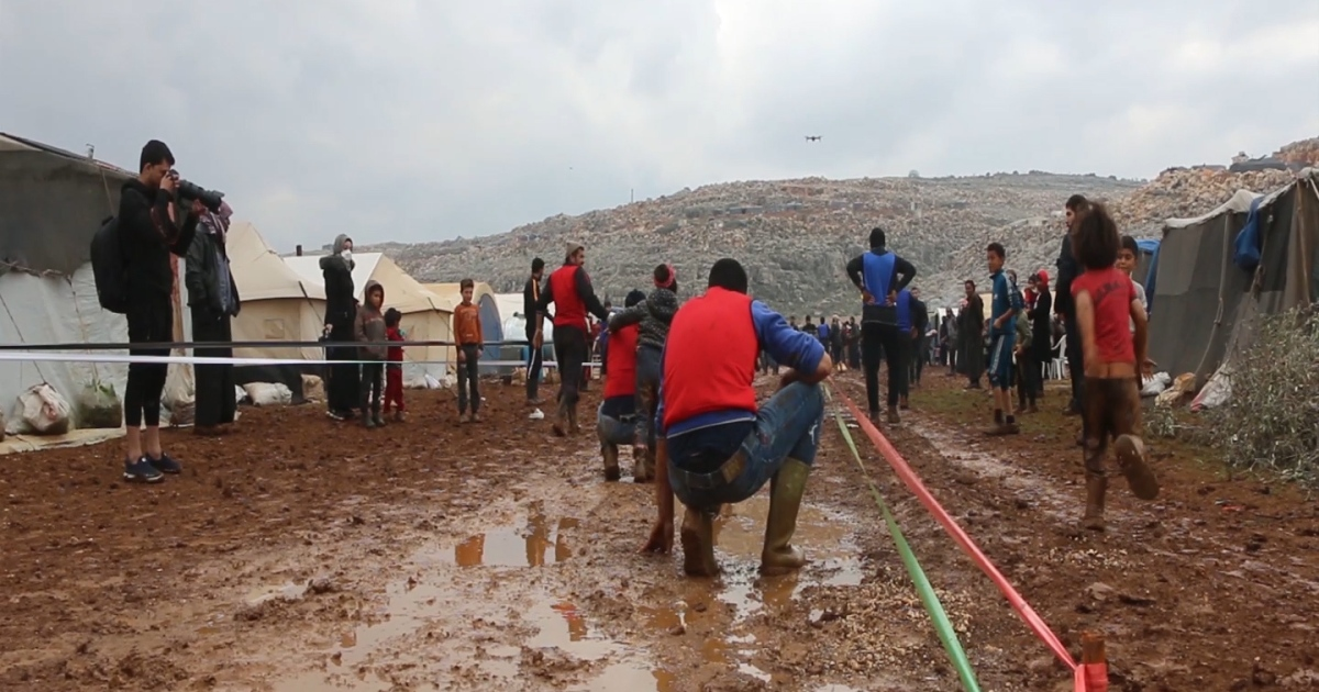شاهد- الشتاء والأمطار في مخيمات السوريين.. دمعة وابتسامة